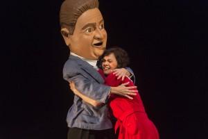 Tanaka_Teatre_La_petita_Capmany_1_Abraçada_Aureli_pare